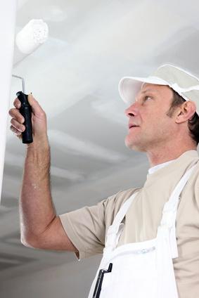 Artisan peintre peignant des murs [avec de la peinture blanche|en blanc} à Villeparisis